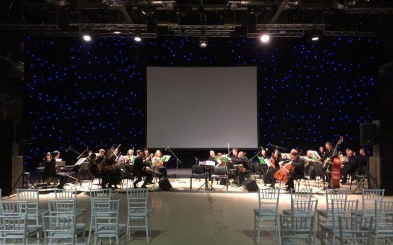 оркестр при свете